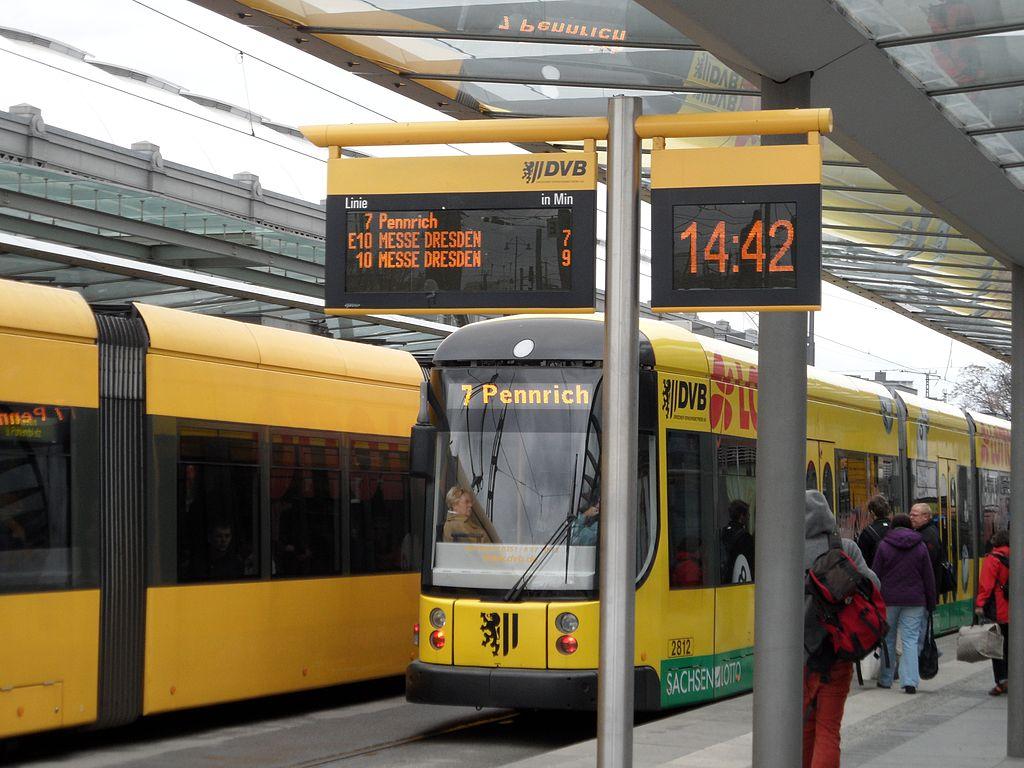 1024px-Dresden_Hauptbahnhof_-_Haltestelle_der_Straßenbahn_(7033568319)